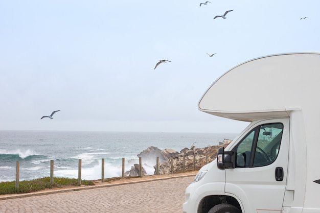 Rv Kamper Klasy B I Morze Sceniczne. Road Trip Camping. Motyw Pojazdu Rekreacyjnego. Premium Zdjęcia
