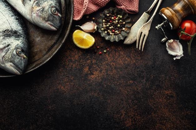 Ryba dorado ze składnikami na brązowo Premium Zdjęcia