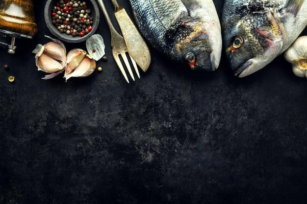 Ryba dorado ze składnikami na ciemno Premium Zdjęcia