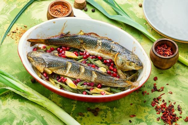 Ryba Pieczona Z Granatem Premium Zdjęcia