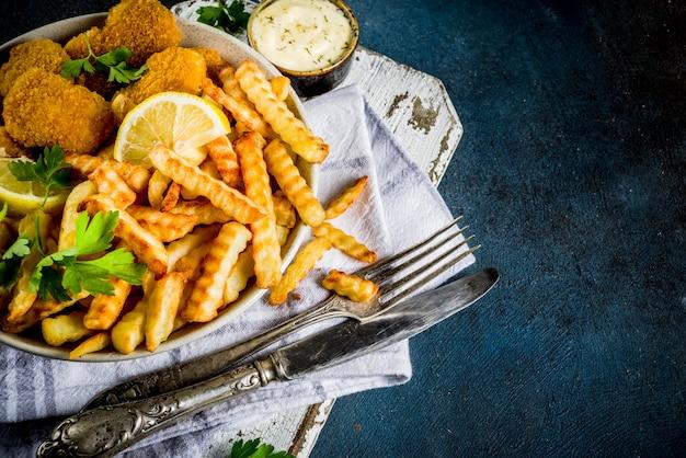 Ryba Z Frytkami Z Sosem Tatarskim Premium Zdjęcia