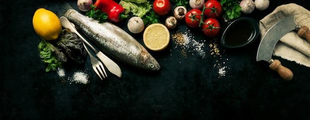 Ryba Z Warzywami Na Czarnym Tle Darmowe Zdjęcia
