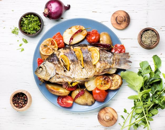 Ryba Zapiekana Z Dodatkami Warzyw Premium Zdjęcia
