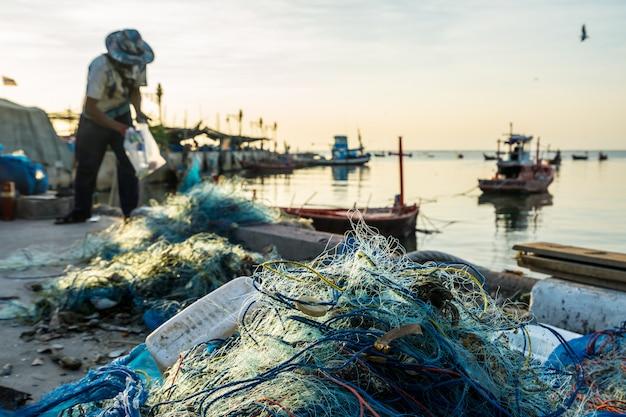 Rybacy Na Brzegu Przygotowują Sprzęt Wędkarski. Premium Zdjęcia