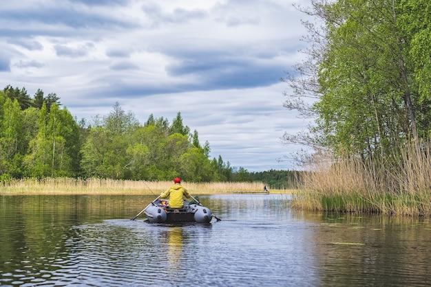 Rybak Na Pontonie Po Jeziorze Premium Zdjęcia