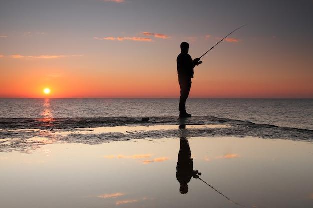 Rybak O Wschodzie Słońca Premium Zdjęcia