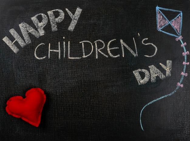 Rysowanie Na Papierze ściernym. Szczęśliwy Dzień I Serce Dziecka. Premium Zdjęcia