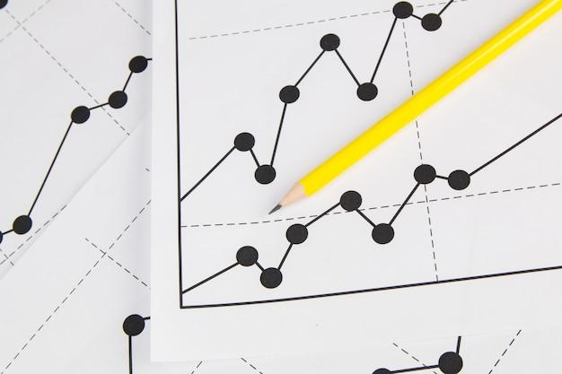 Rysowanie wykresów biznesowych i pancil Premium Zdjęcia