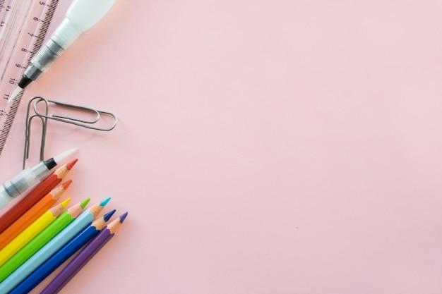 Rysunek szkoły dostaw na różowym tle. copyspace Premium Zdjęcia