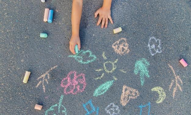 Rysunki Dzieci Na Asfalcie Kredą. Premium Zdjęcia