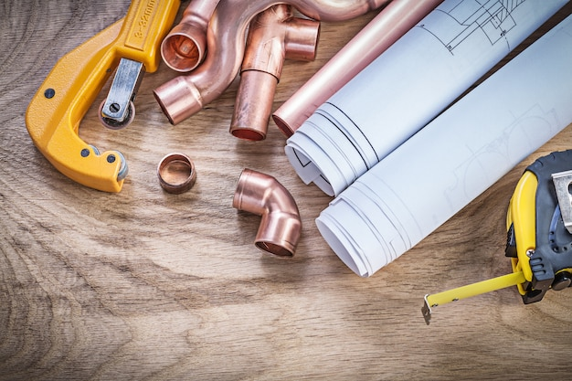 Rysunki Konstrukcyjne Taśma Pomiarowa Złączki Do Cięcia Rur Miedzianych Na Drewnianej Desce Hydraulicznej Premium Zdjęcia
