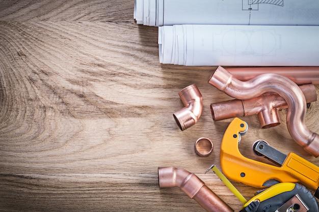 Rysunki Konstrukcyjne Taśmy Mierniczej Złącza Do Cięcia Rur Wodnych Na Koncepcji Hydraulicznej Deski Drewnianej Premium Zdjęcia