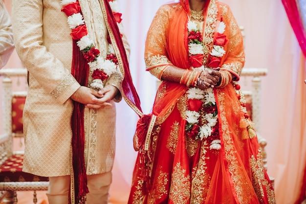 Rytuał Z Kokosowymi Liśćmi Podczas Tradycyjnej Hinduskiej ślubnej Ceremonii Darmowe Zdjęcia