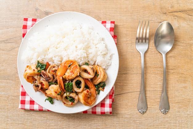 Ryż I Smażone Owoce Morza (krewetki I Kalmary) Z Tajską Bazylią, Azjatyckie Jedzenie Premium Zdjęcia