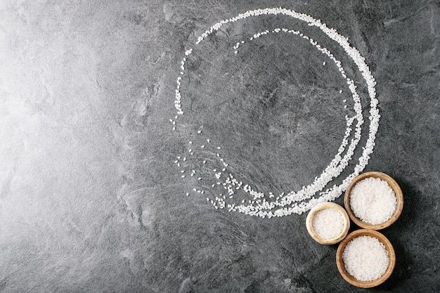 Ryż W Miseczkach Drewnianych I Ceramicznych Premium Zdjęcia