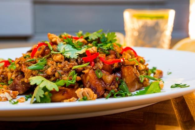 Ryż Z Mięsem Smażony W Sosie Premium Zdjęcia