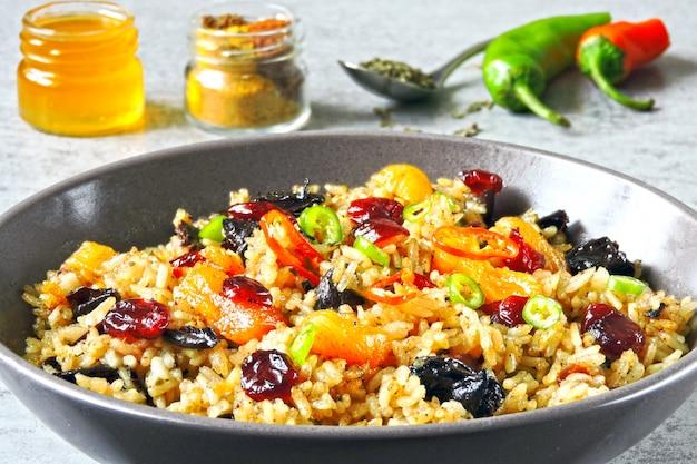 Ryż Z Przyprawami I Suszonymi Owocami. Wegańska Miska Z Pikantnym Ryżem. Premium Zdjęcia