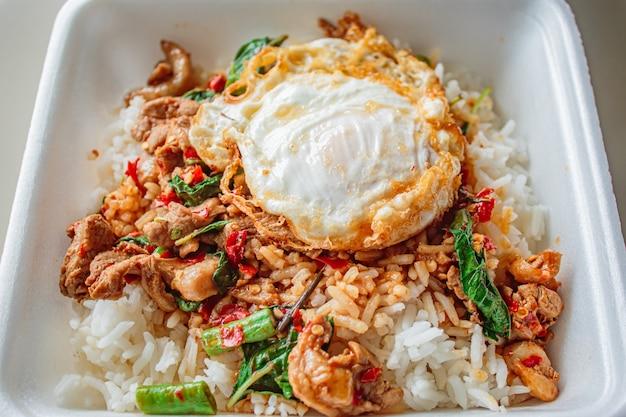 Ryż Zwieńczony Smażonym Kurczakiem Bazyliowym I Jajkiem Sadzonym. Premium Zdjęcia