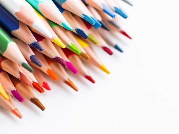 Rząd kolorowi akwarela ołówki na bielu. Premium Zdjęcia