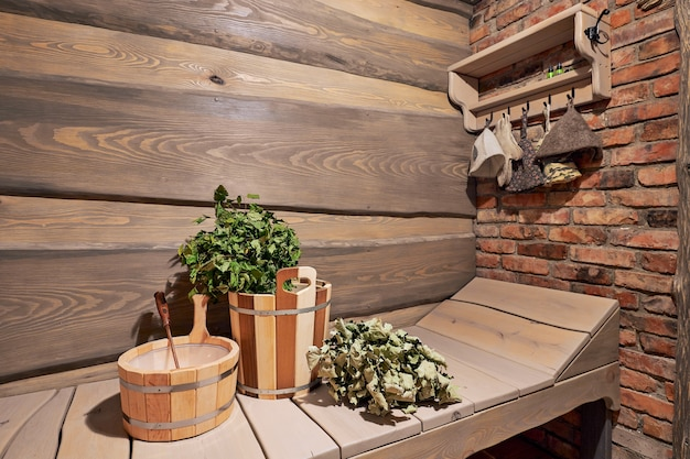 Rzeczy Do łaźni Parowej, Zbliżenie, Wnętrze Drewnianej Sauny Rosyjskiej Premium Zdjęcia