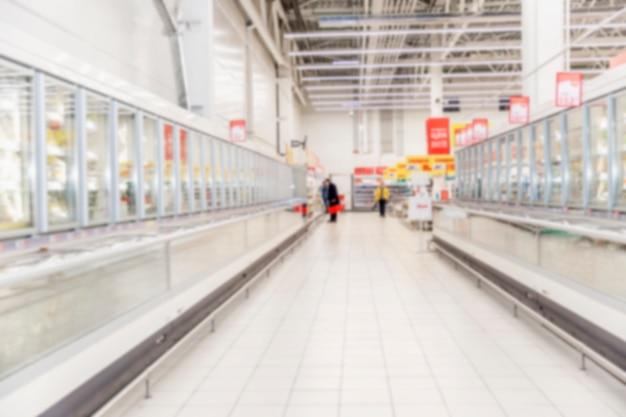 Rzędy Gablot Z Mrożonkami W Dużym Supermarkecie. Premium Zdjęcia