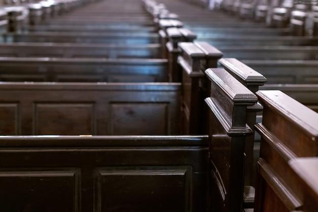 Rzędy ławek w kościele chrześcijańskim. Premium Zdjęcia
