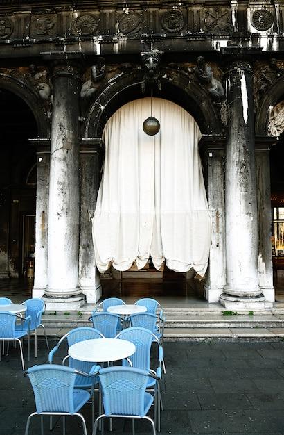 Rzędy Pustych Stołów I Krzeseł W Kawiarni Na świeżym Powietrzu. Premium Zdjęcia