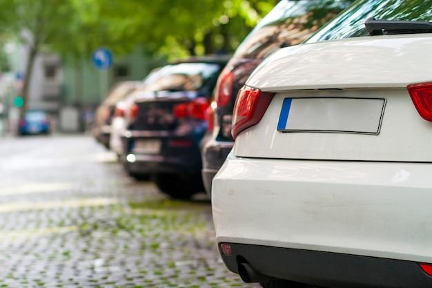 Rzędy Samochodów Zaparkowanych Na Poboczu Drogi W Dzielnicy Mieszkalnej Premium Zdjęcia