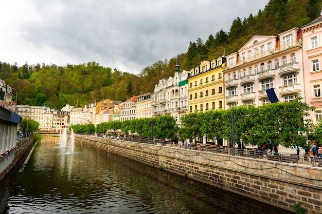 Rzeka I Kamienny Most Miejski, Republika Czeska Premium Zdjęcia