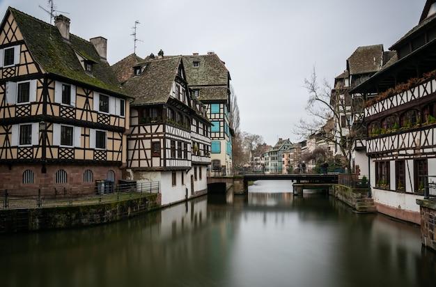 Rzeka Otoczona Budynkami W Petite France Pod Zachmurzonym Niebem W Strasburgu We Francji Darmowe Zdjęcia