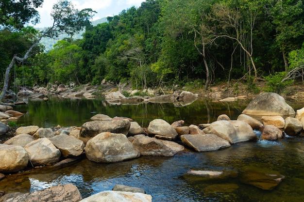 Rzeka Pośrodku Skał I Drzew Na Klifie Wodospadów Ba Ho W Wietnamie Darmowe Zdjęcia