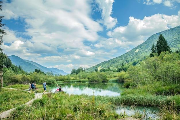 Rzeka Sava Dolinka I Niektórzy Turyści W Rezerwacie Przyrody Zelenci W Kranjskiej Górze W Słowenii Darmowe Zdjęcia