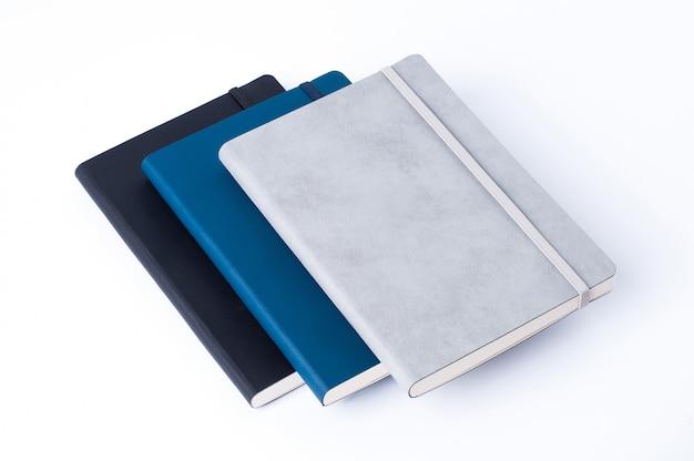 Rzemienni notatniki odizolowywający na białym tle Premium Zdjęcia