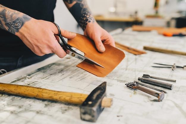 Rzemienni Rzemioseł Narzędzia Na Drewnianym Tle. Biurko Z Rzemieślniczą Skórą Darmowe Zdjęcia