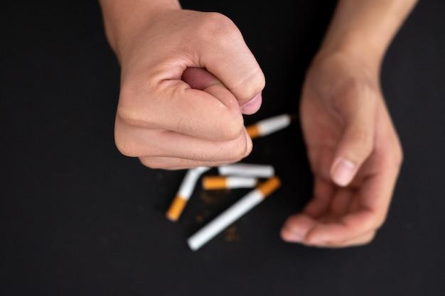 Rzucić Palenie, Ręka Trzymać Papierosa Zniszczyć Na Czarno Premium Zdjęcia