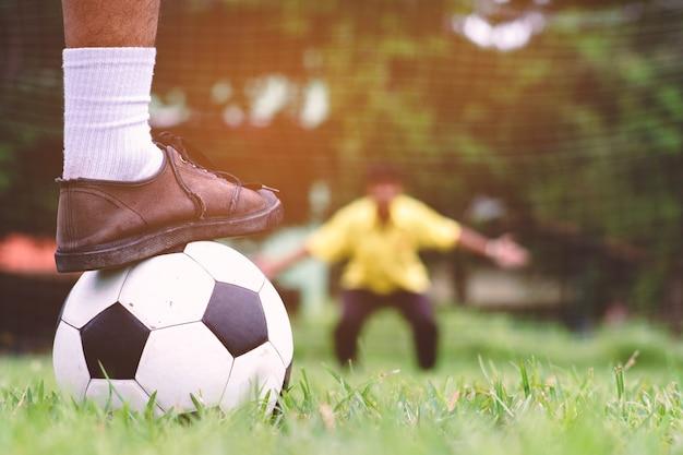 Rzut Karny Studenta Piłki Nożnej Na Polu Trawy. Premium Zdjęcia