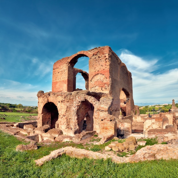 Rzymski krajobraz ze starymi ceglanymi ruinami na appia way Premium Zdjęcia