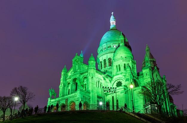 Sacre coeur w montmartre, paryż w nocy Premium Zdjęcia