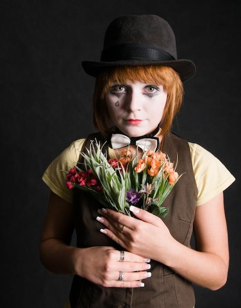 Sad Clown Z Kwiatami Darmowe Zdjęcia