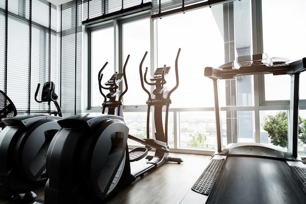 Sala fitness z rowerami sportowymi Premium Zdjęcia