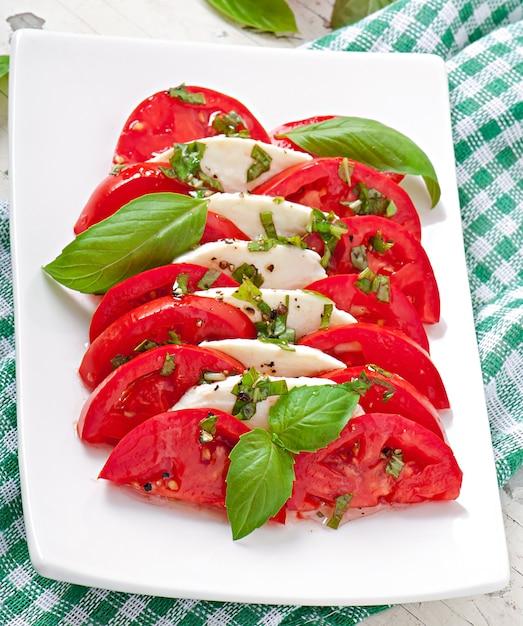 Sałatka Caprese. Plastry Pomidora I Mozzarelli Z Liśćmi Bazylii. Darmowe Zdjęcia