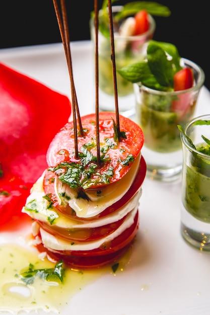 Sałatka Caprese Pomidorowa Bazylia Mozzarella Oliwy Z Oliwek Widok Z Boku Darmowe Zdjęcia