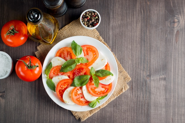 Sałatka caprese z pomidorami, bazylią, mozzarellą. Premium Zdjęcia