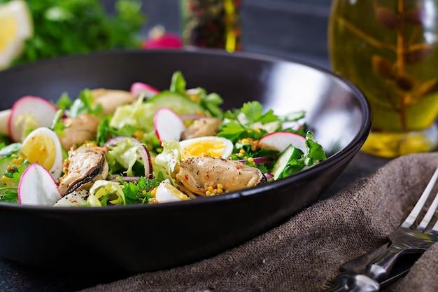 Sałatka Dietetyczna Z Małżami, Jajkami Przepiórczymi, Ogórkami, Rzodkiewką I Sałatą. Zdrowe Jedzenie. Sałatka Z Owoców Morza. Premium Zdjęcia