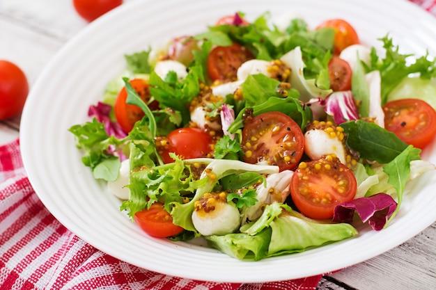 Sałatka Dietetyczna Z Pomidorami, Sałatą Mozzarella Z Sosem Miodowo-musztardowym Premium Zdjęcia