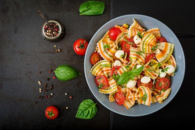 Sałatka Farfalle Z Makaronem Z Pomidorami, Mozzarellą I Bazylią. Darmowe Zdjęcia