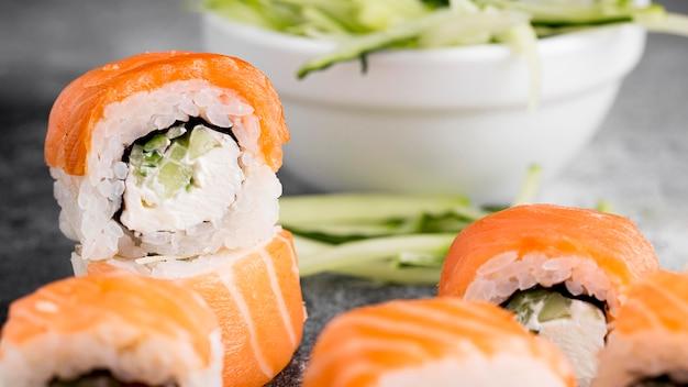 Sałatka I świeże Sushi Rolki Z Bliska Darmowe Zdjęcia