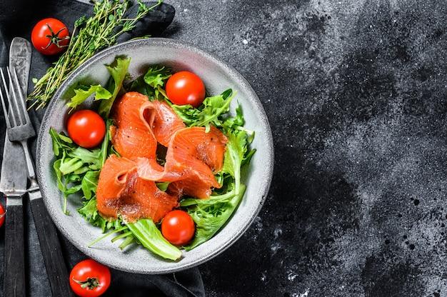 Sałatka łososiowa Z Rukolą, Pomidorami Wiśniowymi I Sałatą Kukurydzianą Premium Zdjęcia