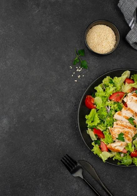 Sałatka Na Płasko Z Kurczakiem I Sezamem Z Miejscem Do Kopiowania Premium Zdjęcia