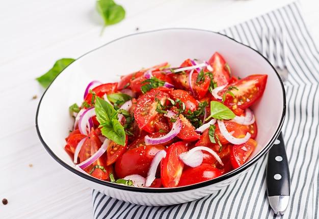 Sałatka Pomidorowa Z Bazylią I Czerwoną Cebulą Darmowe Zdjęcia